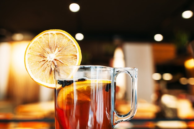 Tazza di tè caldo con arancia al bar