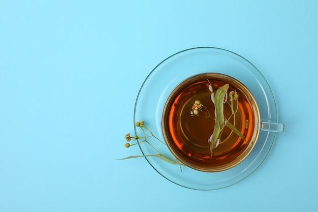 Tazza di tè di tiglio sulla vista blu e superiore