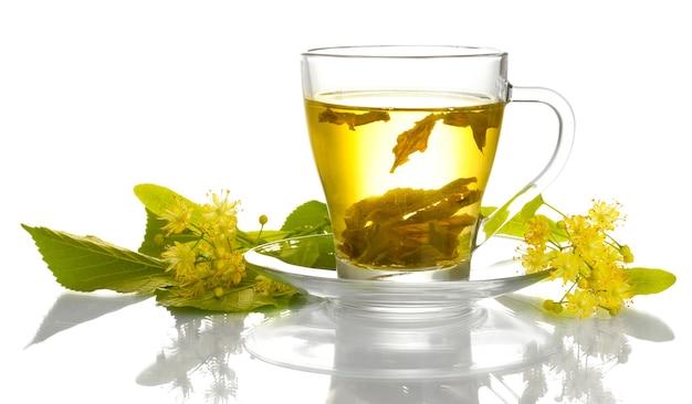 Tazza di tè di tiglio e fiori su bianco