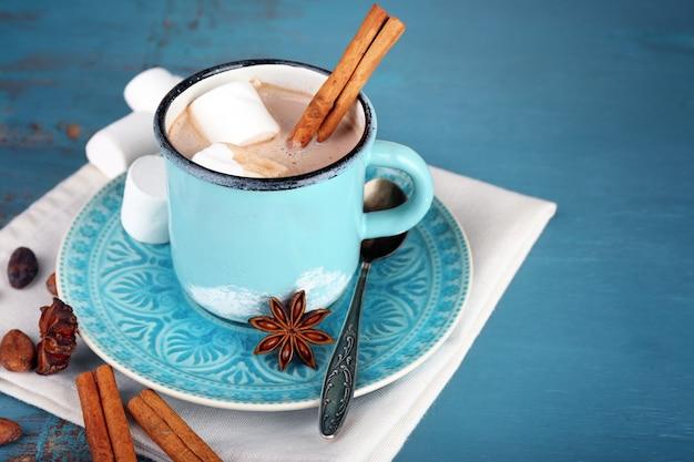 Tazza di cioccolata calda saporita, sulla tavola di legno,