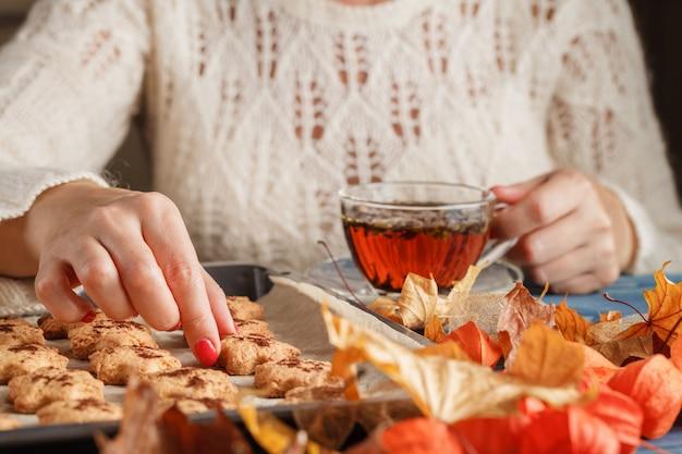 Tazza di tè, foglie gialle e rosse di autunno. colazione d'autunno