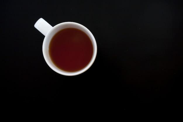 Tazza di tè sul tavolo nero