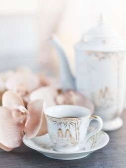 Tazza di tè o caffè e fiore di orchidea
