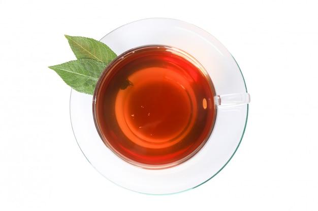 Tazza di tè e foglie isolate su bianco