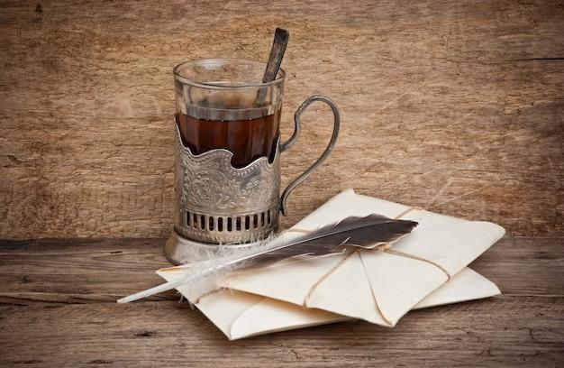 Tazza di tè e buste postali