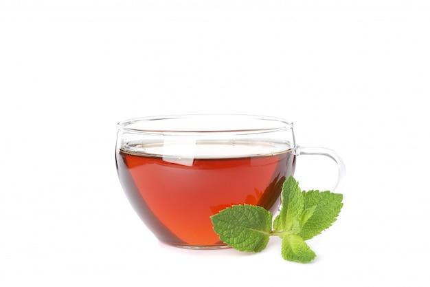 Tazza di tè e foglia di menta isolata su bianco