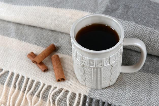 Tazza di tè sul primo piano del tavolo