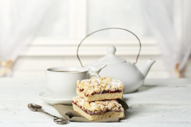 Tazza di tè e gustosa torta fatta in casa su un tavolo di legno