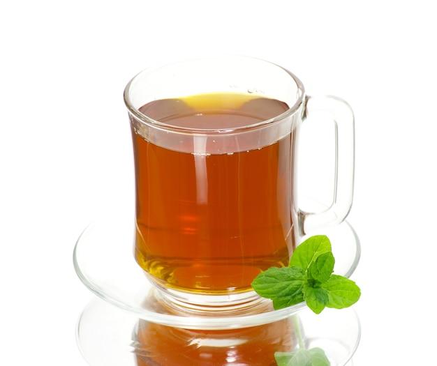 Tazza di tè su sfondo bianco