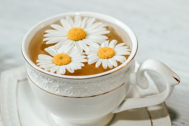 Tazza di tè con il primo piano infusioni. una bevanda a base di erbe per la pace della mente.