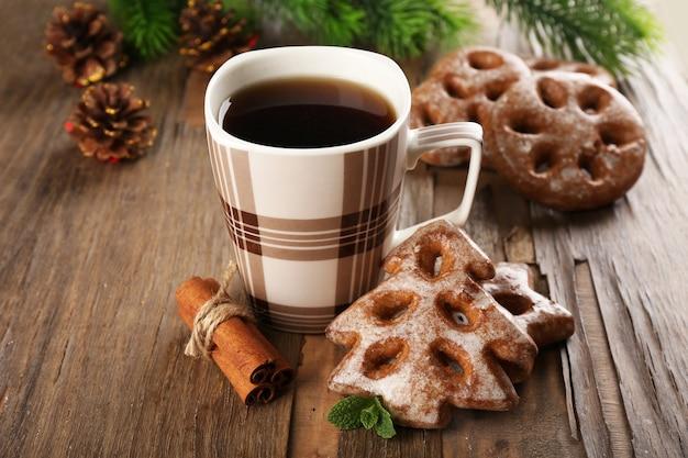 Tazza di tè con i biscotti sul primo piano del tavolo