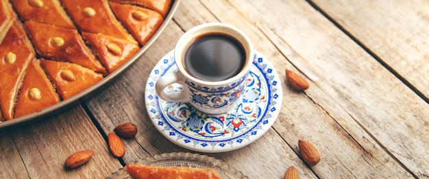 Una tazza di caffè turco e baklava