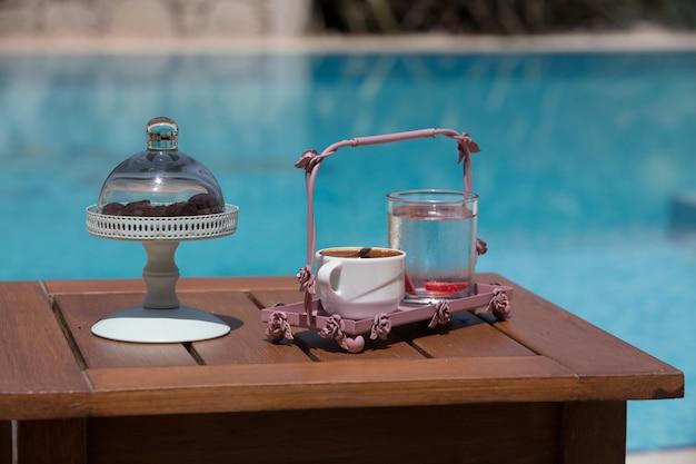 Una tazza di caffè turco vicino alla piscina