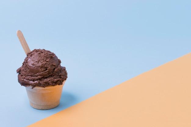 Coppa con gelato al cioccolato con copia-spazio