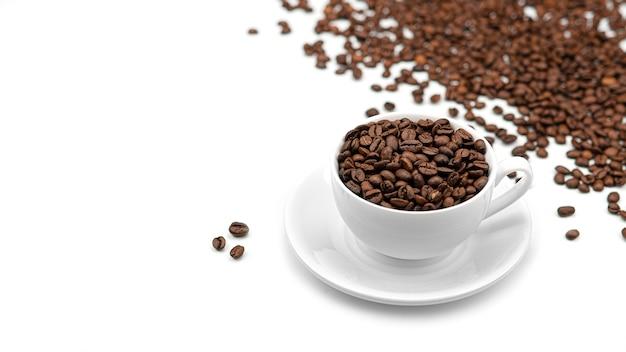 Una tazza con i chicchi di caffè. molti chicchi di caffè.