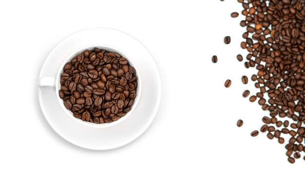 Una tazza con i chicchi di caffè. vista dall'alto.
