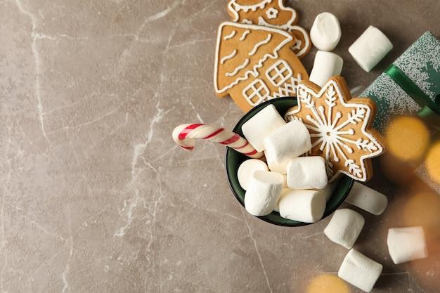 Tazza con marshmallow e accessori natalizi