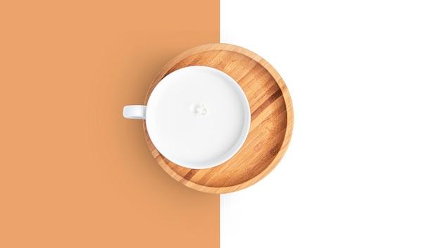 Tazza con bevanda a base di latte su un piatto su uno sfondo bianco