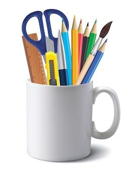 Tazza con strumenti per ufficio isolati su bianco.
