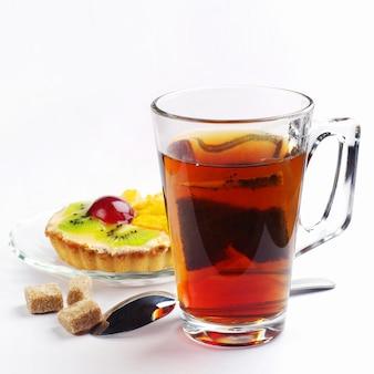 Tazza con bustine di tè e torta