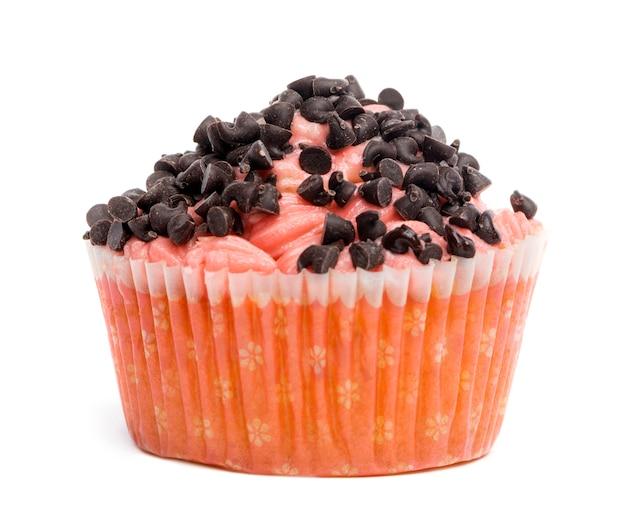 Cupcake ricoperto di cioccolato spruzza su sfondo bianco davanti a sfondo bianco