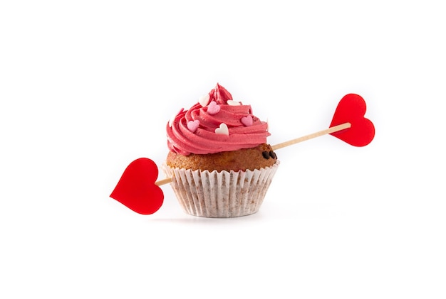 Cupcake decorato con cuori di zucchero e una freccia di cupido per san valentino isolato su priorità bassa bianca