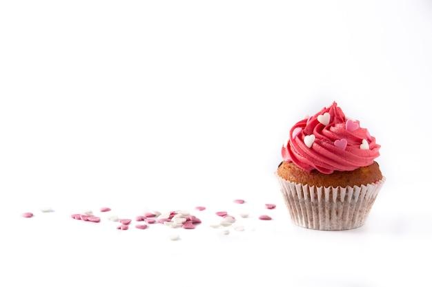 Cupcake decorato con cuori di zucchero per san valentino isolato su sfondo bianco