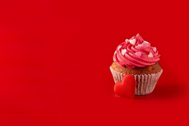 Cupcake decorato con cuori di zucchero per san valentino