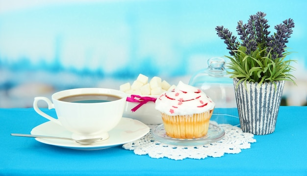 Cupcake sul piattino con copertura in vetro, su superficie lucida