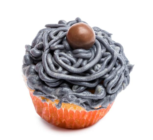 Cupcake con glassa grigia su sfondo bianco davanti a sfondo bianco