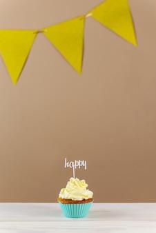 Cupcake con cappello a cilindro felice su uno sfondo marrone