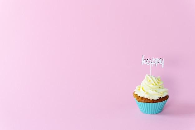 Cupcake con cappello a cilindro felice su uno sfondo rosa