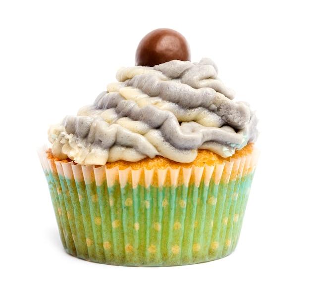 Cupcake con glassa e decorazione di cioccolato su sfondo bianco davanti a sfondo bianco
