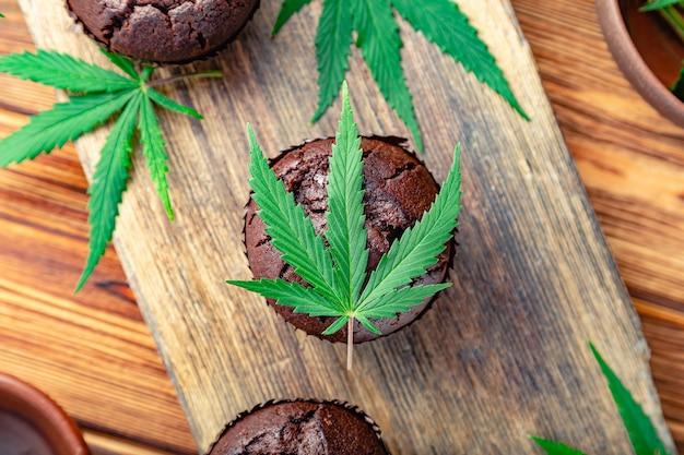 Tortino con marijuana. muffin cupcake al cioccolato cannabis erba cbd. droghe di canapa nel dessert alimentare