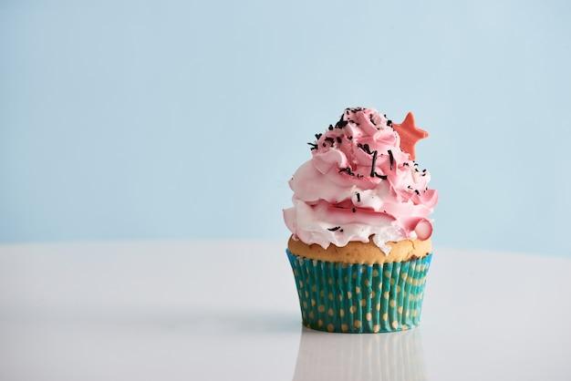 Cupcake con glassa crema rosa sul tavolo