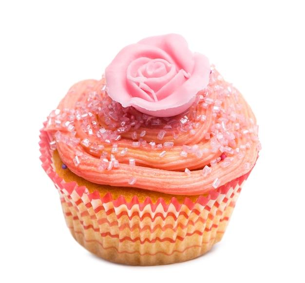 Cupcake con decorazione floreale rosa su sfondo bianco davanti a sfondo bianco