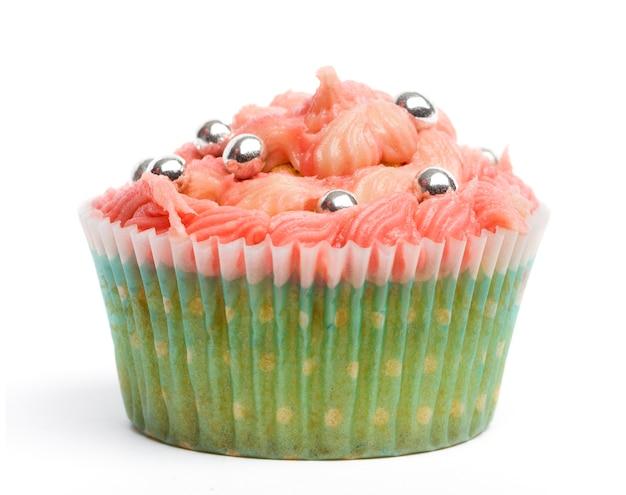 Cupcake con glassa rosa su sfondo bianco davanti a sfondo bianco