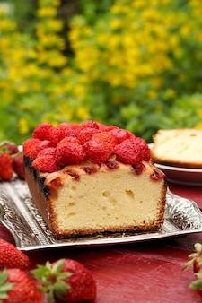 Cupcake con fragole che si trova su un tavolo all'aria aperta
