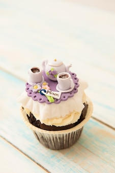 Cupcake con bollitore per zucchero e tazze. il concetto di festa della mamma