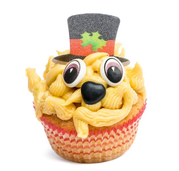 Cupcake con decorazione cappello a cilindro su sfondo bianco davanti a sfondo bianco