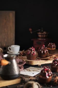 Cupcakes come regalo per i propri cari. cupcakes all'arancia con crema al cioccolato. processo di cottura. dolce e caffè.
