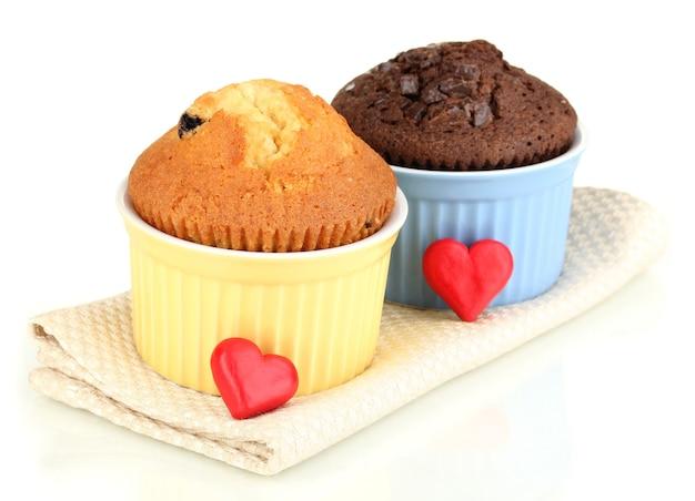 Cupcakes in ciotole per cuocere su bianco