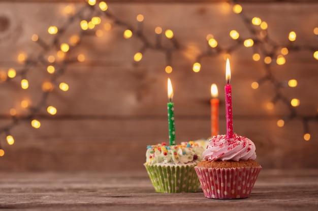 Cupcakes sul vecchio tavolo di legno scuro