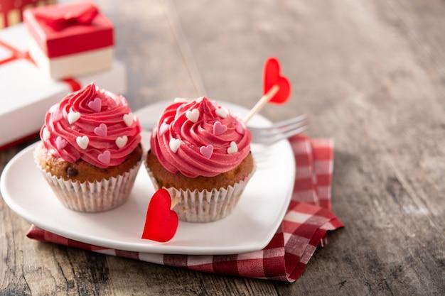 Cupcakes decorati con cuori di zucchero. concetto di san valentino
