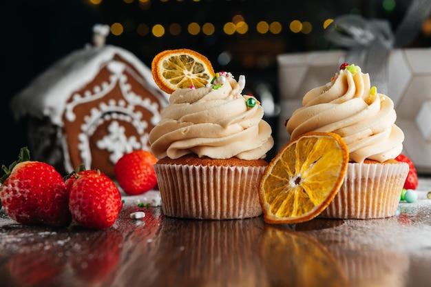 Cupcakes con crema al caramello sul tavolo di caramelle Foto Premium