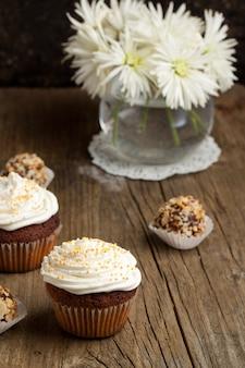 Cupcakes con tartufi e fiori cokolate