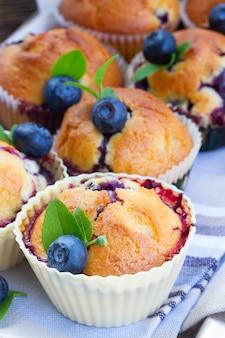 Cupcakes con bacche e foglie di mirtillo fresco