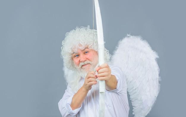 Angelo cupido con arco e frecce cupido nel giorno di san valentino concetto di giorno di san valentino freccia di cupido di san valentino