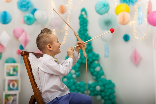 Cupido carino ragazzino con ali, freccia e arco. san valentino
