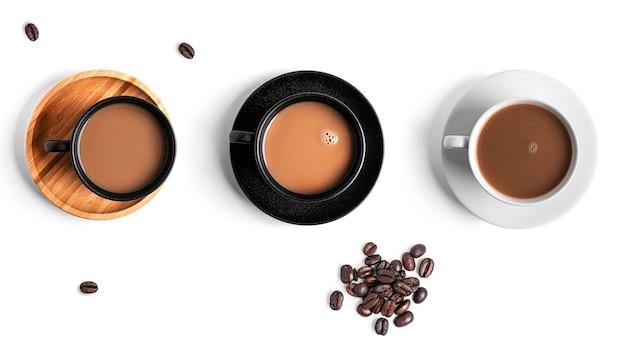 Tazze di raccolta caffè isolato su bianco.